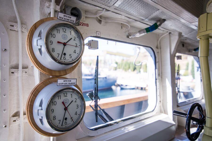 Часы на ходовом мостике фрегата Адмирал Макаров - московское и корабельное время