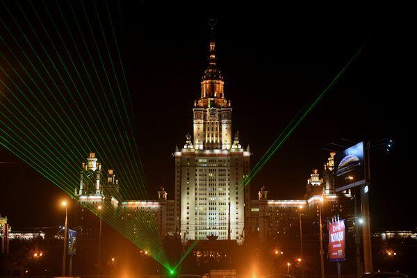 Световое шоу перед зданием Московского государственного университета имени М. В. Ломоносова во время всероссийского фестиваля науки Nauka 0+