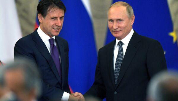 Президент России Владимир Путин и премьер-министр Италии Джузеппе Конте во время совместной пресс-конференции по итогам встречи. Архивное фото