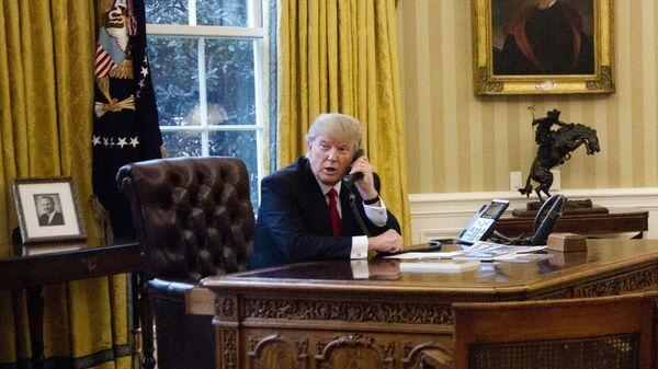 Дональд Трамп во время телефонного разговора