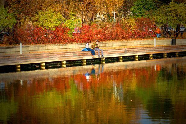 Молодые люди у Голицынского пруда в Центральном парке культуры и отдыха имени М. Горького
