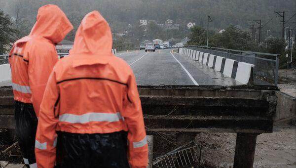 Аварийно-восстановительные работы на автодорожном мосту через реку Цыпка, разрушенном в результате аномального паводка на территории Краснодарского края