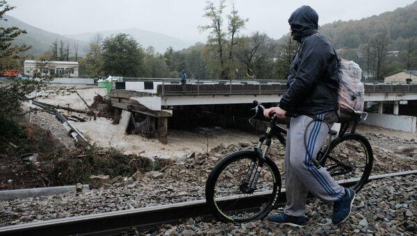 Автодорожный мост через реку Цыпка, разрушенный в результате аномального паводка на территории Краснодарского края