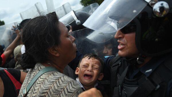Мигранты из Гондураса в США на границе между Гватемалой и Мексикой. Архивное фото