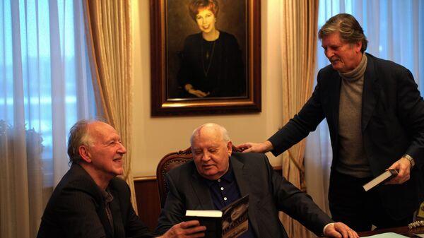 Создатели документального фильма Знакомьтесь, Горбачев немецкий писатель и режиссер Вернер Херцог и британский режиссер Андре Сингер на встрече с Михаилом Горбачевым