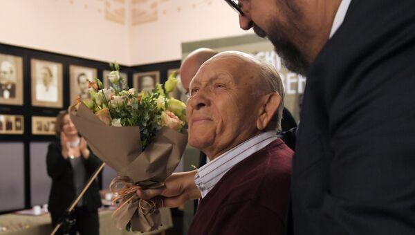 Осветитель и художник по свету Игорь Ефимов, получивший памятный знак Чайка, во время ежегодного награждения в Московском художественном театре имени А. П. Чехова. 26 октября 2018