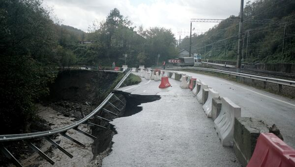 Разрушенный, в результате сильных дождей, участок трассы Туапсе - Хадыжинск в районе станции Индюк в Краснодарском крае