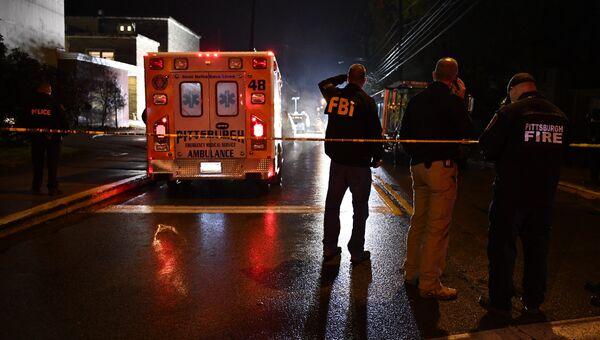 Агенты ФБР возле синагоги в американском городе Питтсбург, где произошла стрельба. Архивное фото