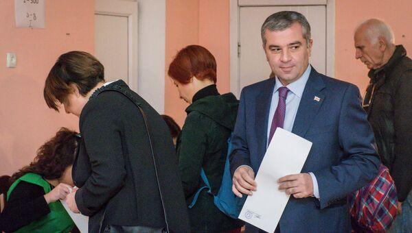 Кандидат на пост президента Грузии Давид Бакрадзе голосует на выборах президента Грузии в Тбилиси. 28 октября 2018