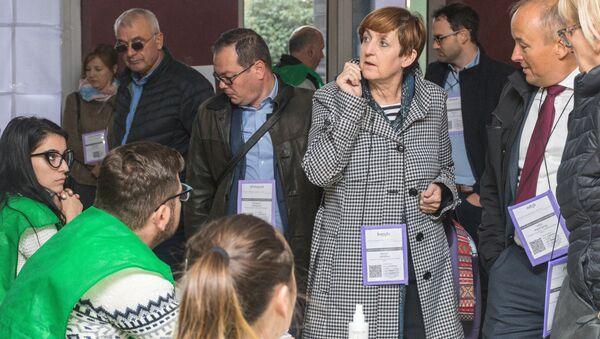 Наблюдатели на одном из избирательных участков в Тбилиси во время выборов президента Грузии. Архивное фото