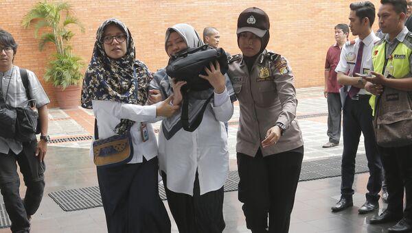 Родственники пассажиров Boeing 737 авиакомпании Lion Air, разбившегося у берегов острова Ява в международном аэропорту Сукарно-Хатта, в Тангеранге. 29 октября 2018 года