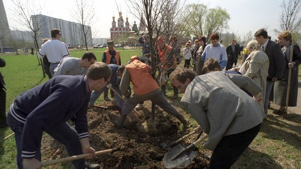 Посадка саженцев деревьев возле храма Архангела Михаила в Тропареве в рамках акции 2000 деревьев - к наступающему тысячелетию.