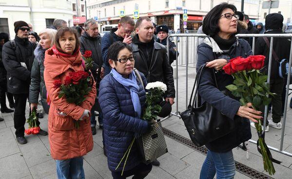 Люди несут цветы к зданию театра Ленком на Малой Дмитровке, где пройдет церемония прощания с актером театра и кино Николаем Караченцовым