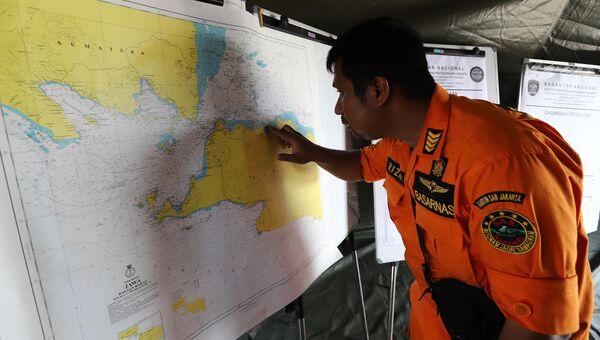Спасатель показывает на карте место крушения самолета авиакомпании Lion Air рейс JT 610 в Индонезии. Архивное фото.