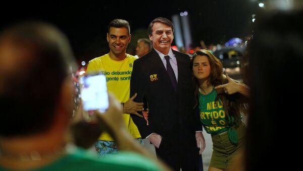 Сторонники Жаира Болсонару радуются его победе во втором туре выборов президента Бразилии. 28 октября 2018