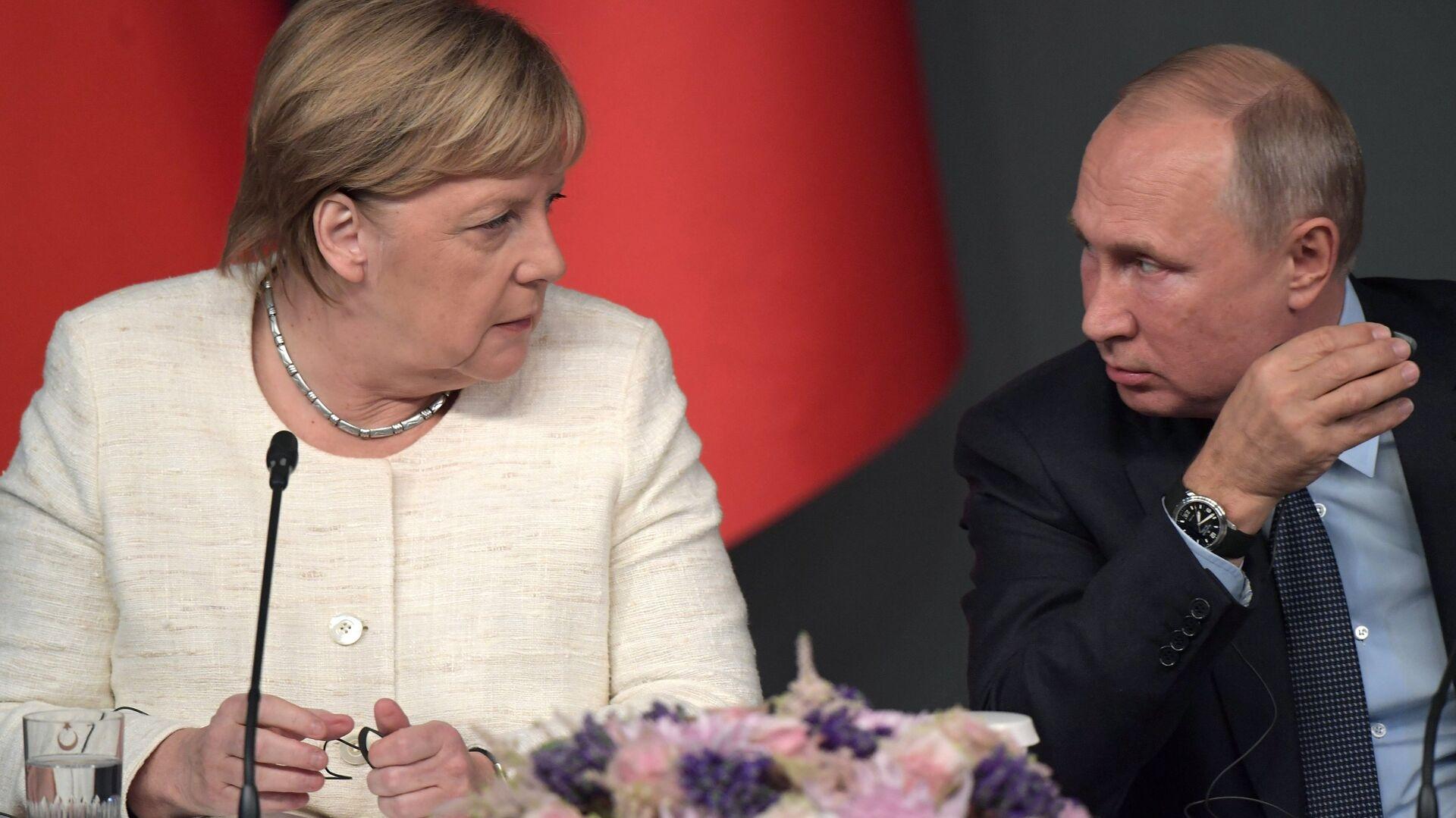 Канцлер Германии Ангела Меркель, президент России Владимир Путин на пресс-конференции по итогам саммита по Сирии. 27 октября 2018  - РИА Новости, 1920, 29.03.2021
