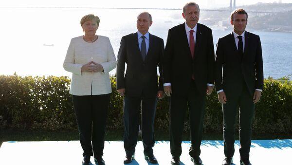 Канцлер Германии Ангела Меркель , президент России Владимир Путин, президент Турции Реджеп Тайип Эрдоган и президент Франции Эммануэль Макрон в Стамбуле. 27 октября 2018