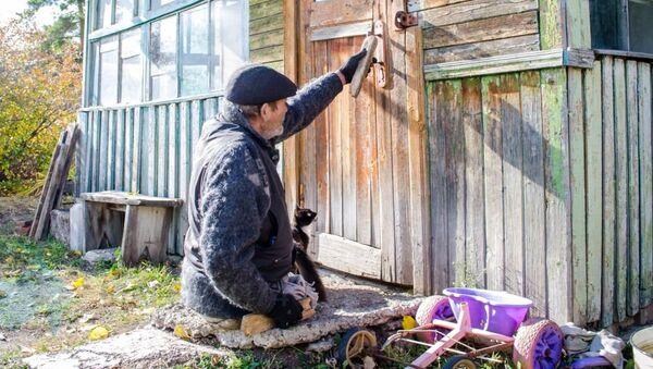 Александр Гаранжа третий год живет без ног в доме без света и тепла