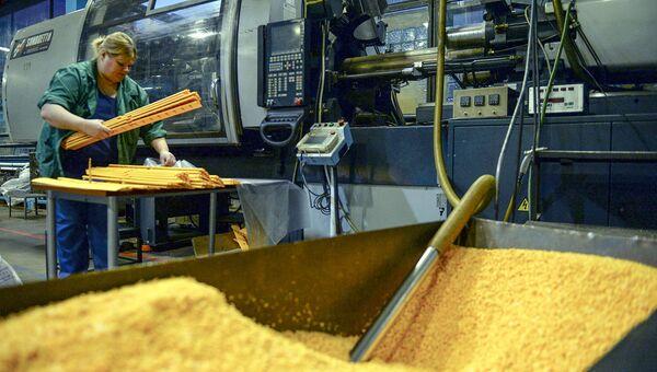 Работница в цехе переработки пластмасс. Архивное фото