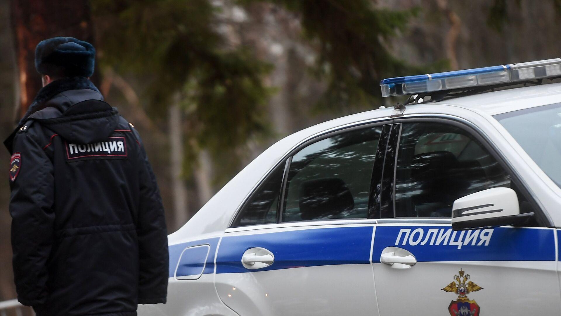 Сотрудник полиции возле служебного автомобиля - РИА Новости, 1920, 08.10.2019