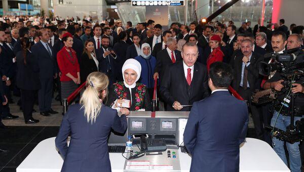 Президент Турции Реджеп Тайип Эрдоган с супругой Эмине во время официальной церемонии открытия нового аэропорта в Стамбуле, Турция. 29 октября 2018