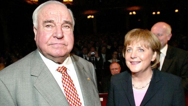 Немецкие политики Ангела Меркель и Гельмут Коль. 2005 год
