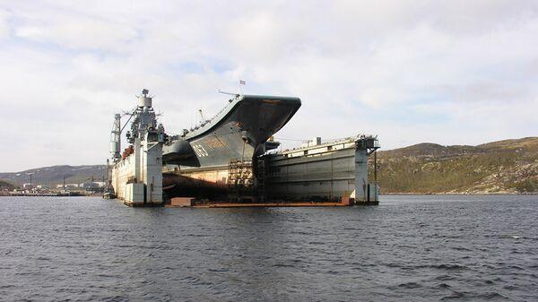 Тяжелый авианесущий крейсер Северного флота Адмирал Кузнецов в плавучем доке. Архивное фото