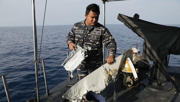 Спасатель на месте крушения пассажирского самолёта Boeing 737 авиакомпании Lion Air у западного побережья острова Ява. Самолет выполнял рейс JT-610 из Джакарты на остров Суматра. 29 октября 2018
