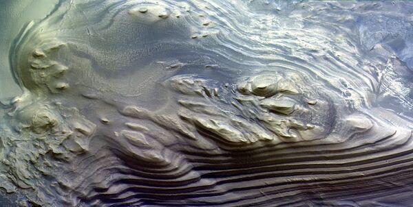 Слоистые отложения в каньоне Juventae Chasma на Марсе