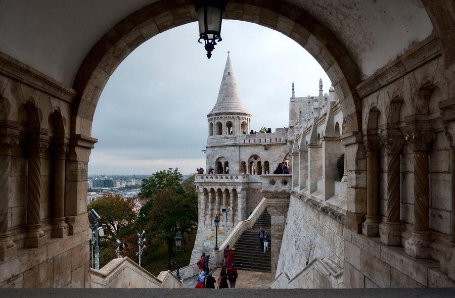 Туристы на территории Рыбацкого бастиона на Крепостном холме в Буде в Будапеште