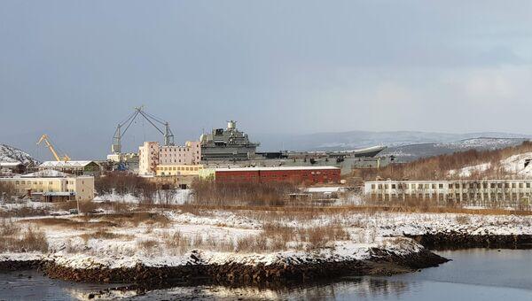 Тяжелый авианесущий крейсер Северного флота Адмирал Кузнецов в плавучем доке на 82-м судоремонтном заводе. 27 октября 2018
