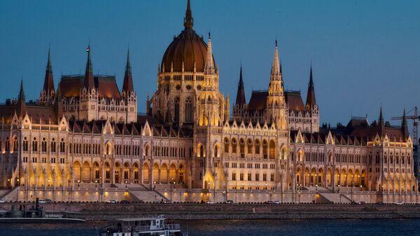Здание венгерского парламента на берегу Дуная в Будапеште