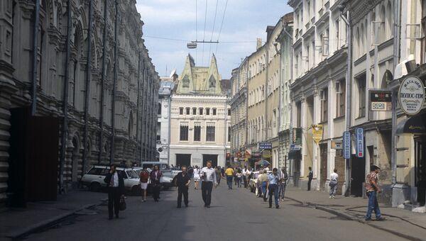 Ветошный переулок (ранее проезд Сапунова), который проходит параллельно Красной площади и связывает Никольскую улицу с Ильинкой.