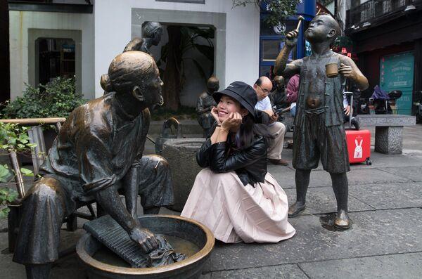 Скульптурная композиция на пешеходной улице Хэфан в городе Ханчжоу в КНР