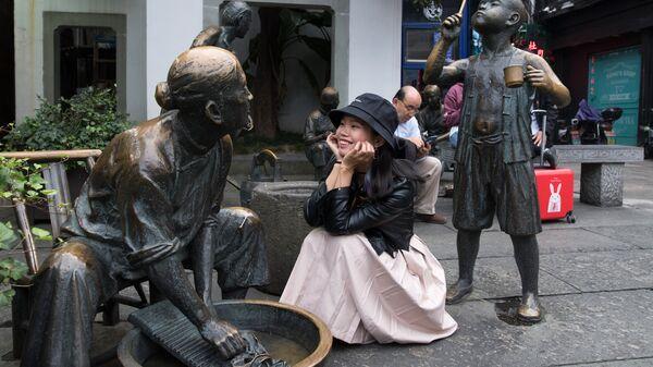 Скульптурная композиция на пешеходной на улице Хэфан в городе Ханчжоу в КНР