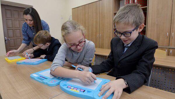 Занятия в специальной (коррекционной) общеобразовательной школе для детей с ограниченными возможностями здоровья. Архивное фото