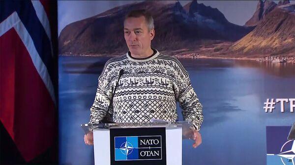 Министр обороны Норвегии Франк Бакке-Йенсен на пресс-конференции, посвященной учениям НАТО Trident Juncture