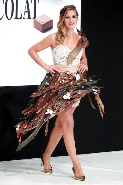 Журналист Daniela Prepeliuc во время показа моды в рамках шоколадной ярмарки в Париже, Франция. 30 октября 2018 года