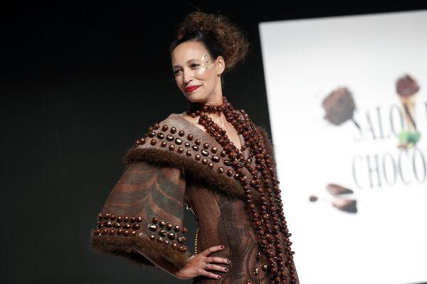 Модель во время показа моды в рамках шоколадной ярмарки в Париже, Франция. 30 октября 2018 года