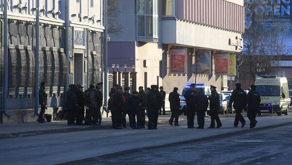 Сотрудники оперативных служб у входа в здание управления ФСБ по Архангельской области, где произошел взрыв