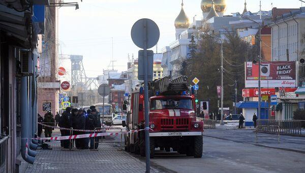 Сотрудники полиции и МЧС РФ у входа в здание управления ФСБ по Архангельской области, где произошел взрыв