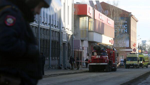Сотрудники полиции и МЧС РФ у входа в здание управления ФСБ по Архангельской области, где произошел взрыв. Архивное фото