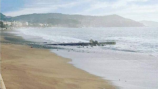 Галечный пляж в Ницце, покрывшийся песком после шторма