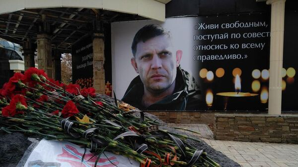 Баннеры с фотографиями главы самопровозглашенной Донецкой народной республики Александра Захарченко на здании кафе в центре Донецка. 31 октября 2018