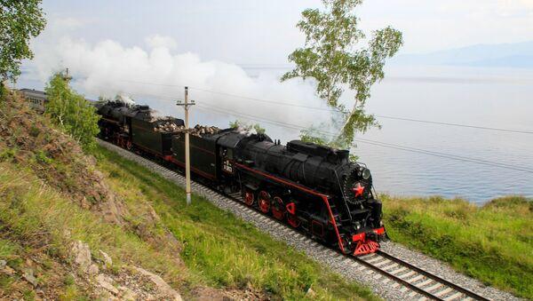 Паровоз экскурсионного состава на участке Восточно-Сибирской железной дороги по берегу озера Байкал