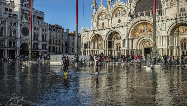 Люди на затопленной площади Святого Марка в Венеции. 31 октября 2018