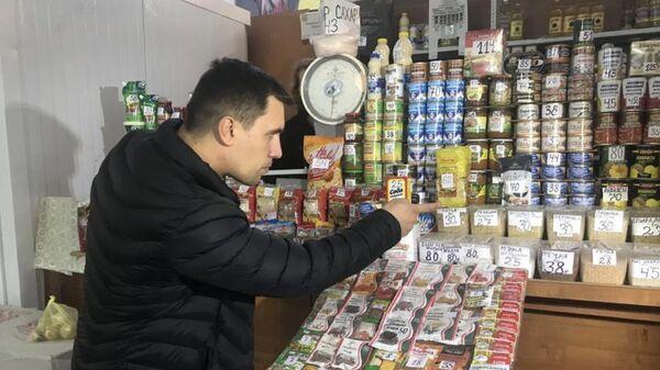 Депутат саратовской облдумы Николай Бондаренко выбирает продукты питания