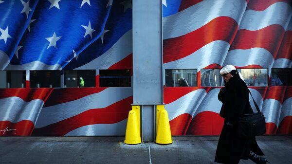 Женщина проходит мимо пожарной части в центре Нью-Йорка