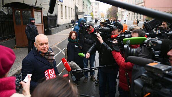 Генеральный директор МИА Россия сегодня Дмитрий Киселев на акции солидарности с руководителем портала РИА Новости – Украина Кириллом Вышинским у посольства Украины