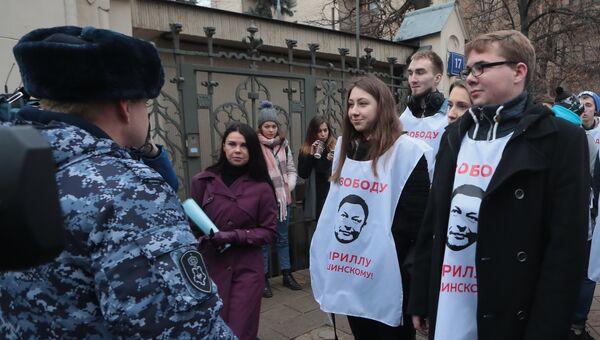 Участники акции в поддержку руководителя портала РИА Новости Украина Кирилла Вышинского у дома приемов МИД России в Москве